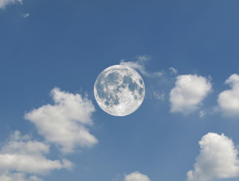 Vollmond gesehen mit Teleskop über blauem Himmel stockfotos