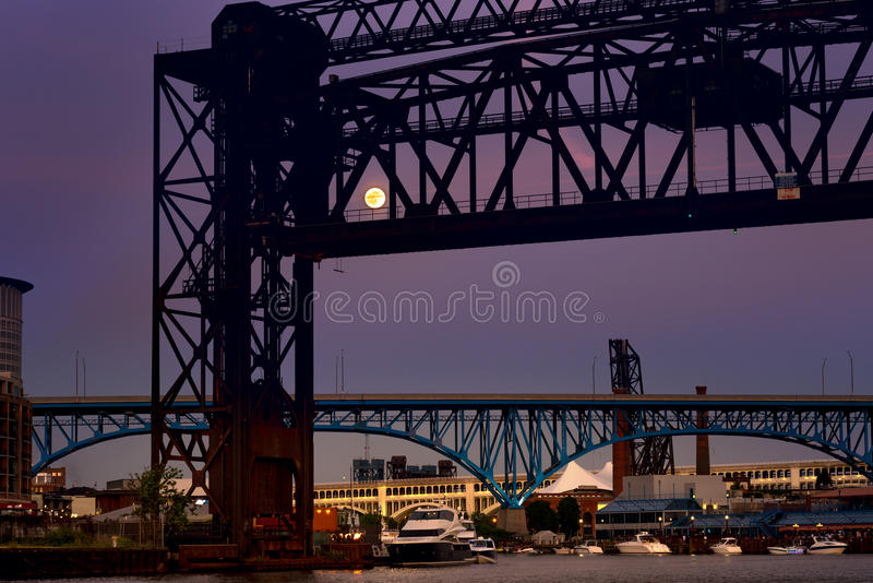 Vollmond hinter Brücke lizenzfreies stockbild