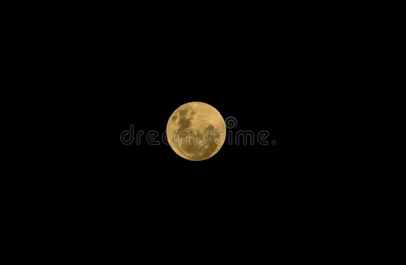 Vollmond im klaren Himmel stockfotos