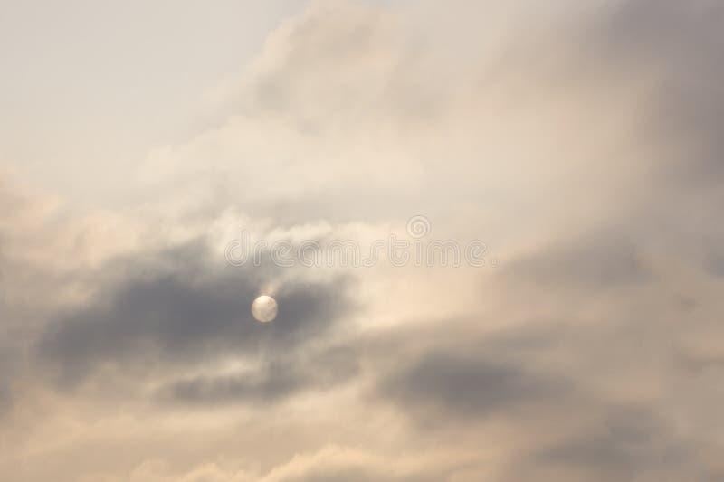 Vollmond späht durch Bruch in den Wolken lizenzfreie stockbilder