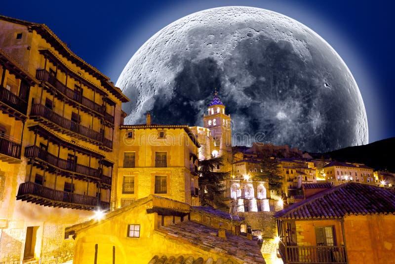 Vollmondlandschaft Dorf szenisch Betrachten der Sterne lizenzfreies stockbild