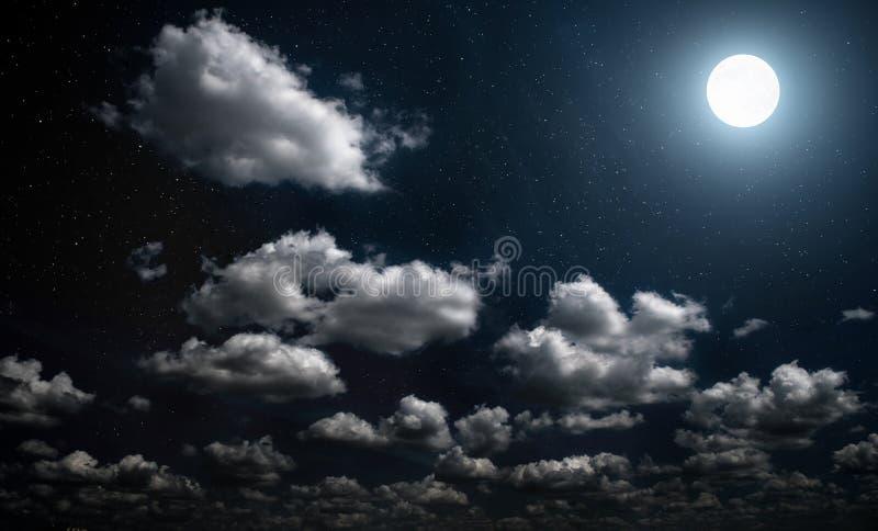 Vollmondnacht mit Sternen bewölkt lizenzfreies stockfoto