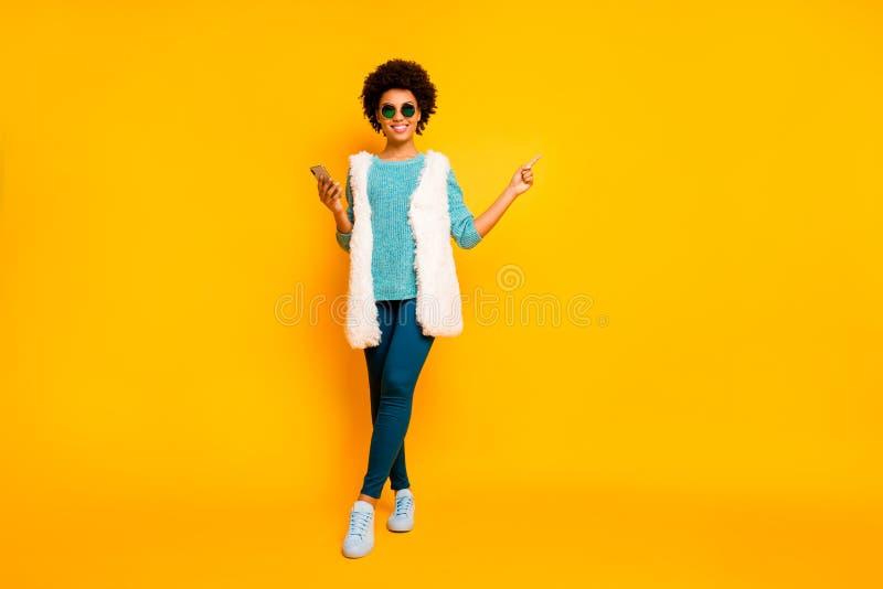 Vollständige Größe Foto positiv nach amerikanischem Mädchen verwenden Smartphone Browse promo point finger copyspace tragen blaue stockbild