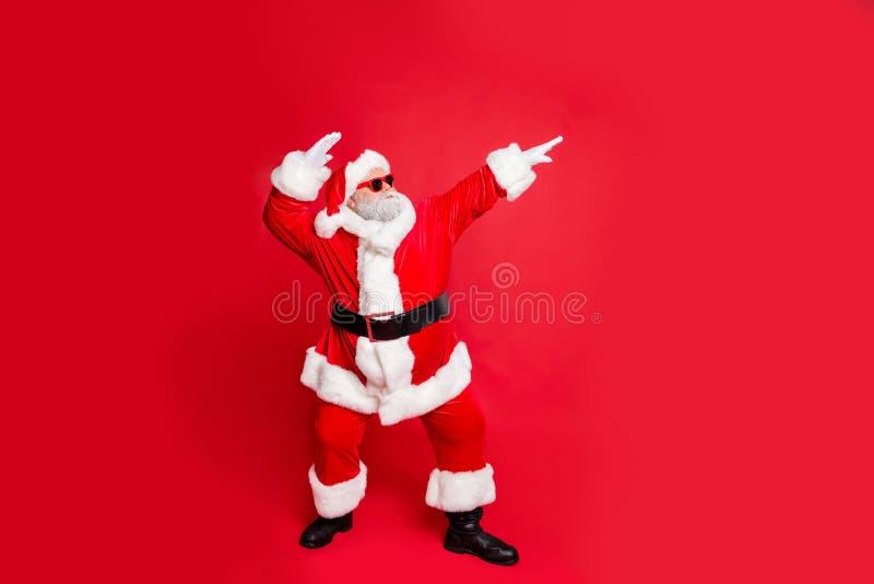 Vollständige Körpergröße Ansicht seines grauhaarigen bärtigen Mannes St. Nikolaus 25. Dezember holly jolly gelegen stockfotos