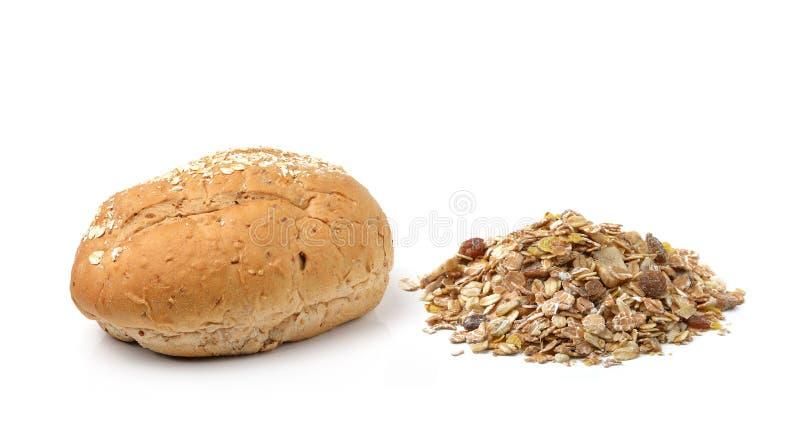 Vollweizen Brot und muesli auf weißem Hintergrund lizenzfreies stockbild