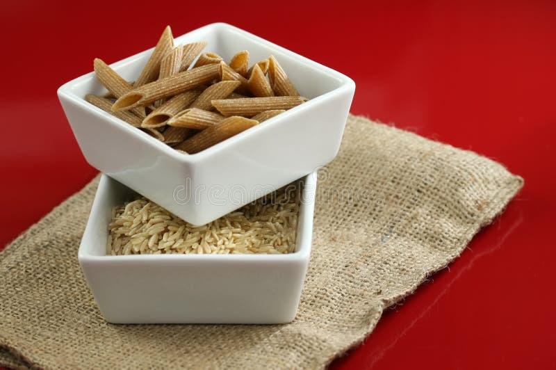 Vollweizenteigwaren und brauner Reis lizenzfreie stockbilder
