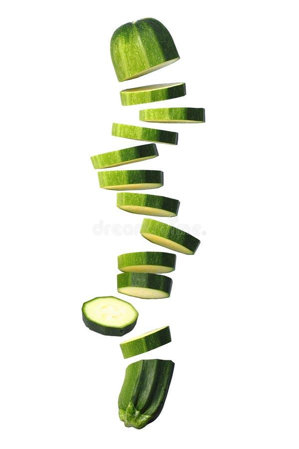 Volo affettato dello zucchino (zucchini) sul bianco immagini stock