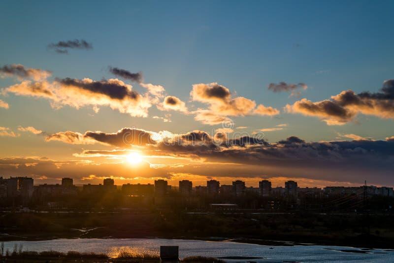 Volo al tramonto immagine stock