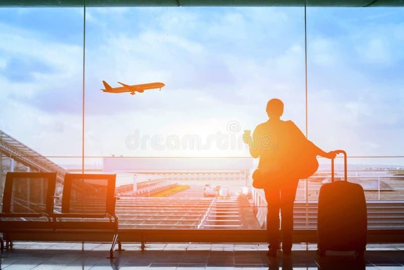 Volo aspettante del passeggero in aeroporto, terminale di partenza immagini stock libere da diritti