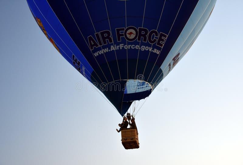 Volo blu della mongolfiera nell'aria immagine stock