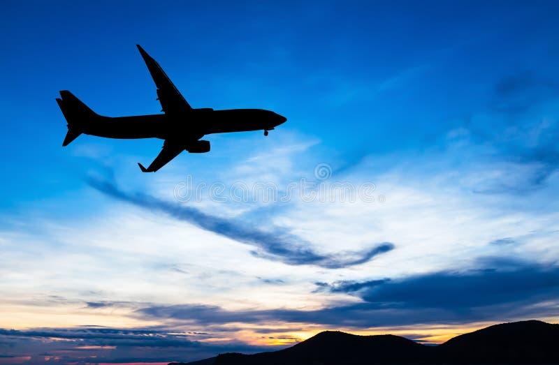Download Volo Commerciale Profilato Dell'aeroplano Immagine Stock - Immagine di rosso, nube: 56876069