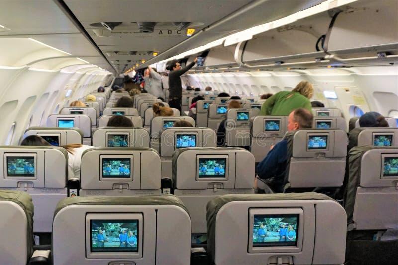 Volo d'imbarco di JetBlue con gli schermi di film elettronici immagini stock libere da diritti