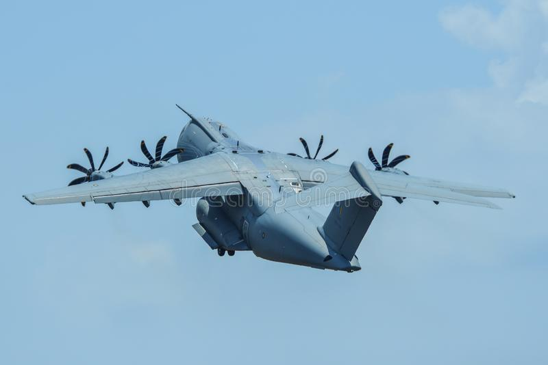 Volo degli aerei di Airbus A400M per l'esposizione fotografia stock