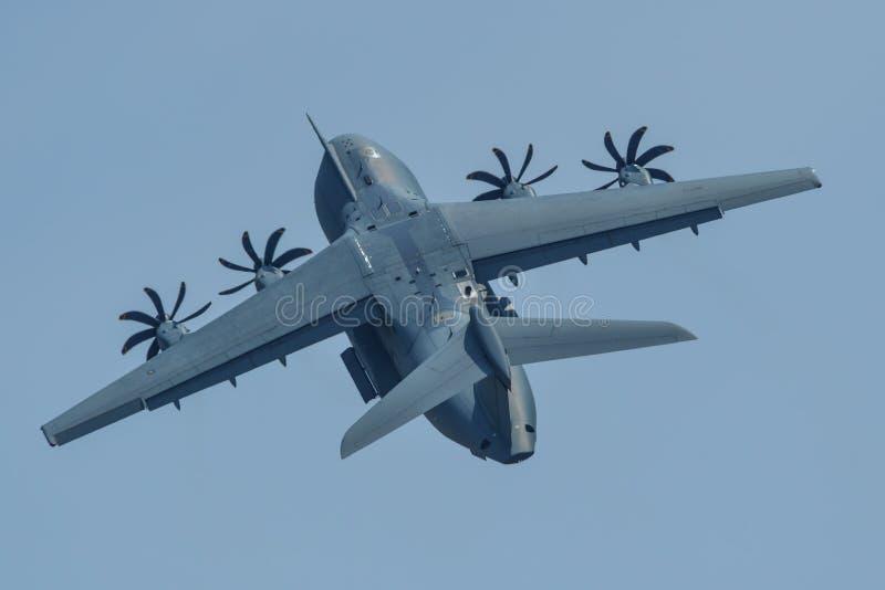 Volo degli aerei di Airbus A400M per l'esposizione fotografia stock libera da diritti