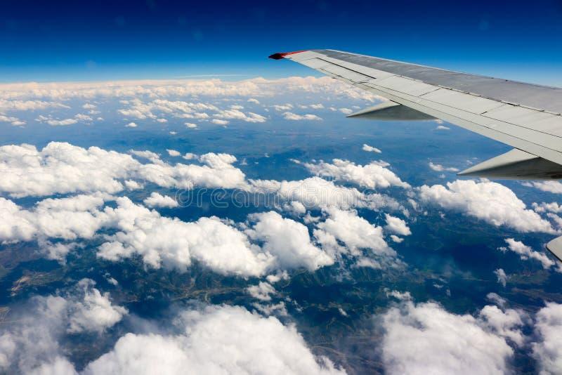 Volo del cielo blu dell'aeroplano delle nuvole immagini stock
