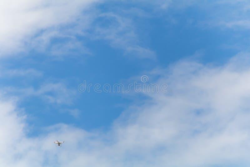 Volo del fuco nel cielo blu fotografia stock libera da diritti