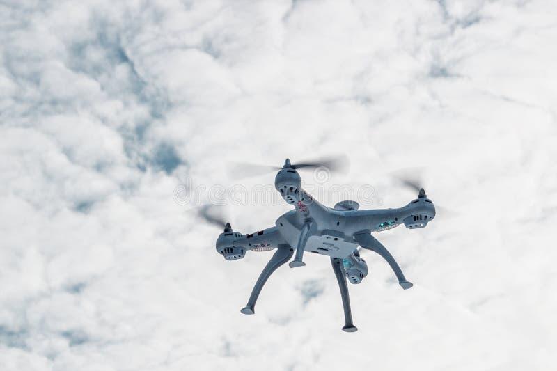 Volo del fuco nella foresta di inverno il concetto dei veicoli aerei senza equipaggio UAV, tecnologia ed osservazioni immagini stock