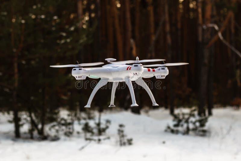 Volo del fuco nella foresta di inverno il concetto dei veicoli aerei senza equipaggio UAV, tecnologia ed osservazioni fotografie stock libere da diritti