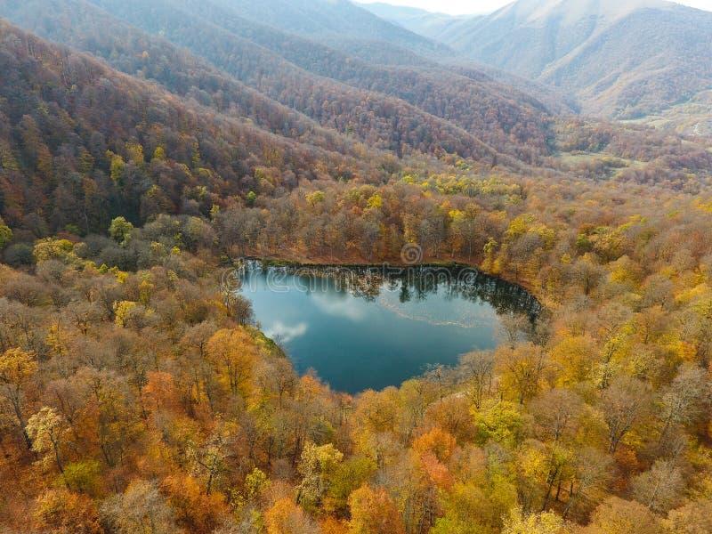 Volo del fuco sopra Gosh un lago nascosto nelle foreste armene di autunno fotografie stock libere da diritti