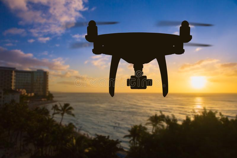 Volo del fuco sopra la spiaggia di Waikiki in Hawai immagine stock