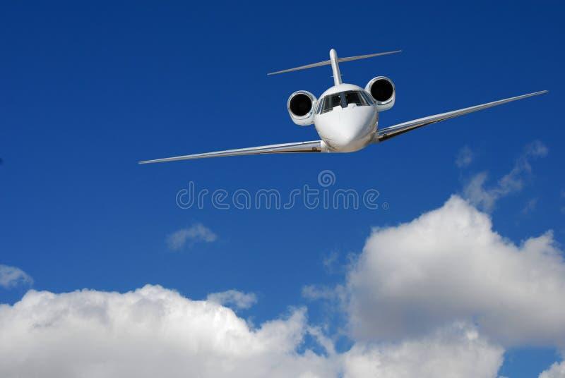 Volo del jet sopra le nubi immagine stock