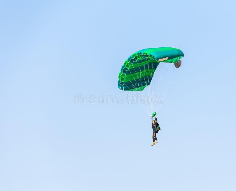 Volo del paracadutista dell'atleta dell'uomo fotografie stock