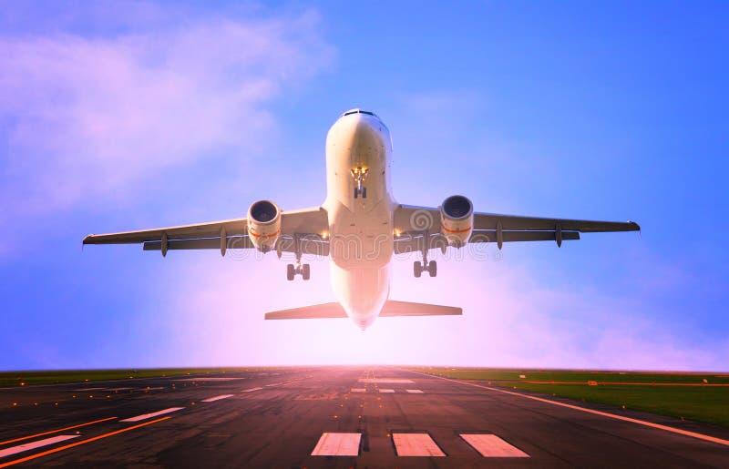 Volo dell'æreo a reazione di aereo di linea dall'uso della pista dell'aeroporto per il viaggio ed il carico, argomento di industr immagini stock