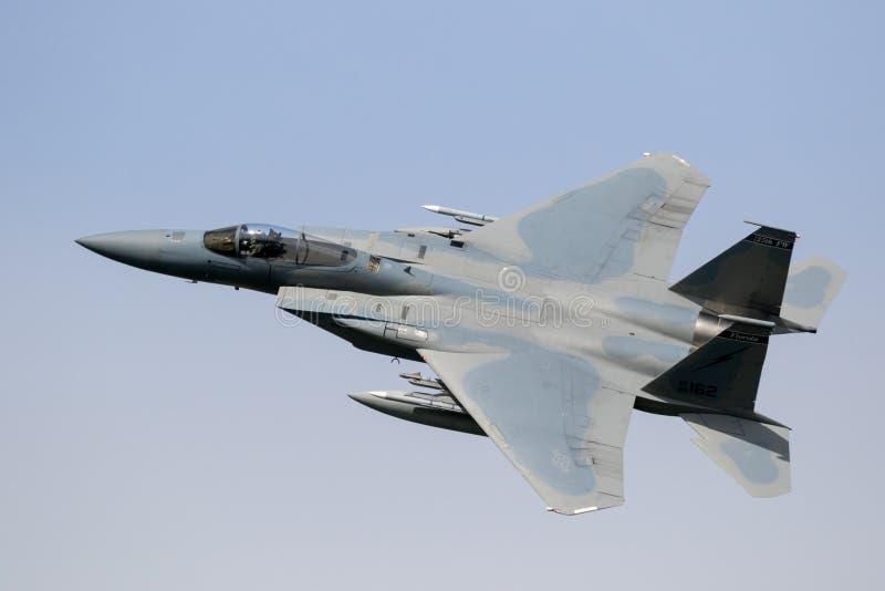 Volo dell'aereo da caccia F15 fotografie stock
