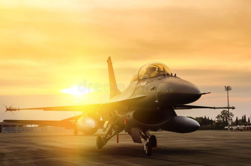 Volo dell'aereo da caccia parcheggiato nell'aeronautica bassa fotografie stock