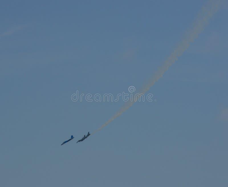 Volo dell'aereo da caccia per l'esposizione immagini stock