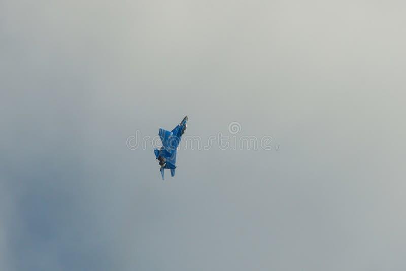 Volo dell'aereo da caccia per l'esposizione fotografie stock libere da diritti