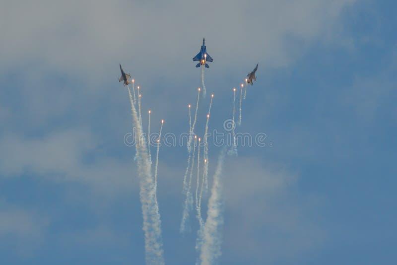 Volo dell'aereo da caccia per l'esposizione immagine stock