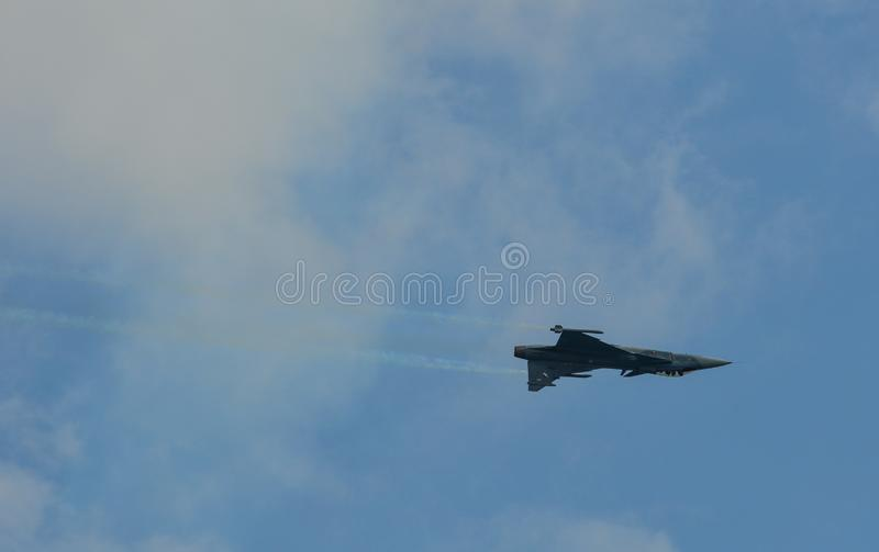 Volo dell'aereo da caccia per l'esposizione fotografia stock