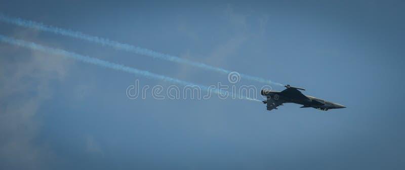 Volo dell'aereo da caccia per l'esposizione fotografia stock libera da diritti