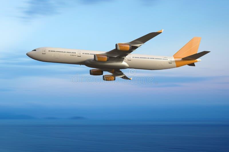 Volo dell'aeroplano del getto nel cielo Fondo delle nuvole e dell'oceano fotografie stock