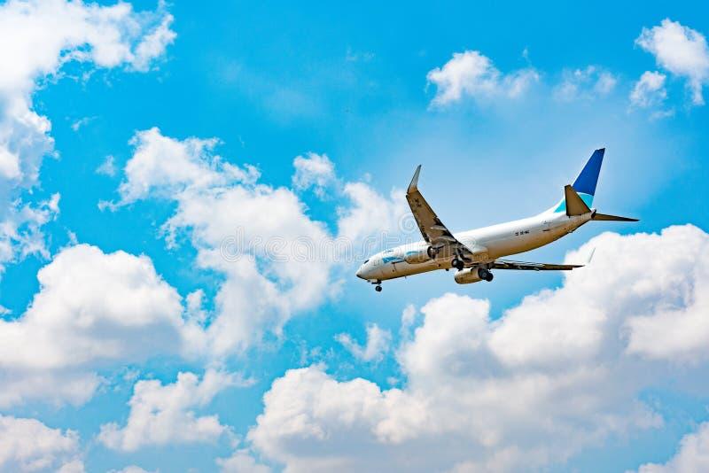 Volo dell'aeroplano del passeggero sopra le nuvole immagine stock