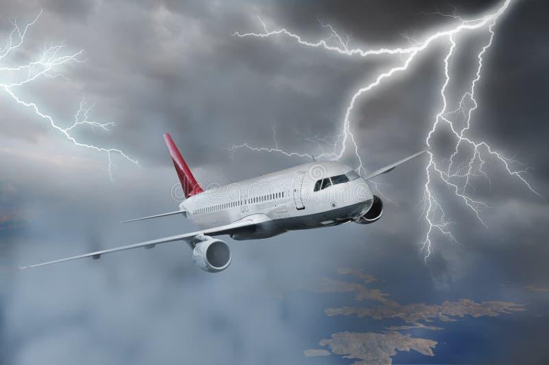 Volo dell'aeroplano nella tempesta immagine stock