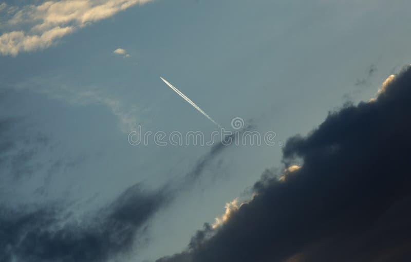 Volo dell'aeroplano a partire dalla tempesta immagini stock