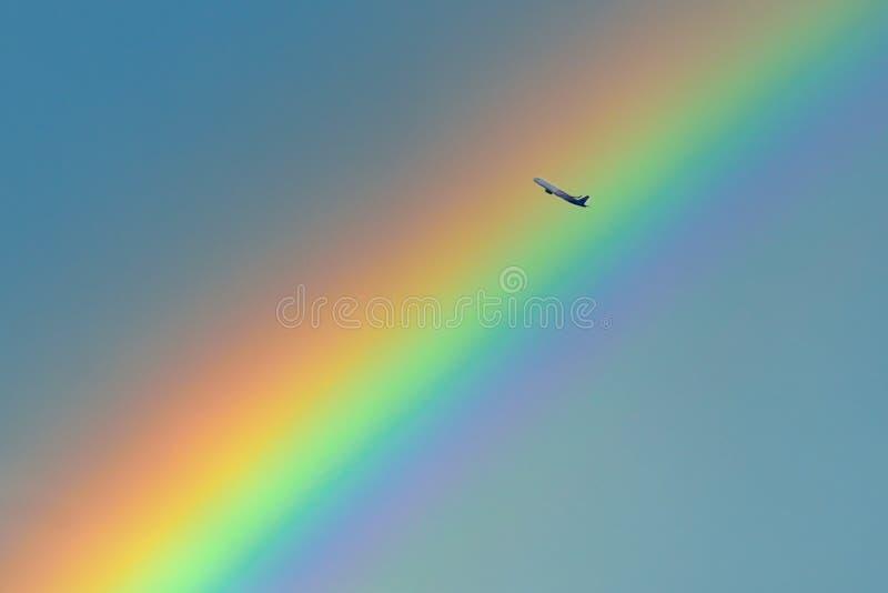 Volo dell'aeroplano sopra l'arcobaleno dopo la tempesta a Bucarest immagini stock