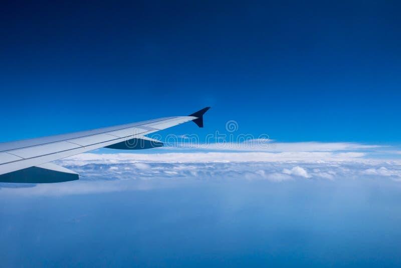 Volo dell'aeroplano sopra le nubi immagini stock libere da diritti