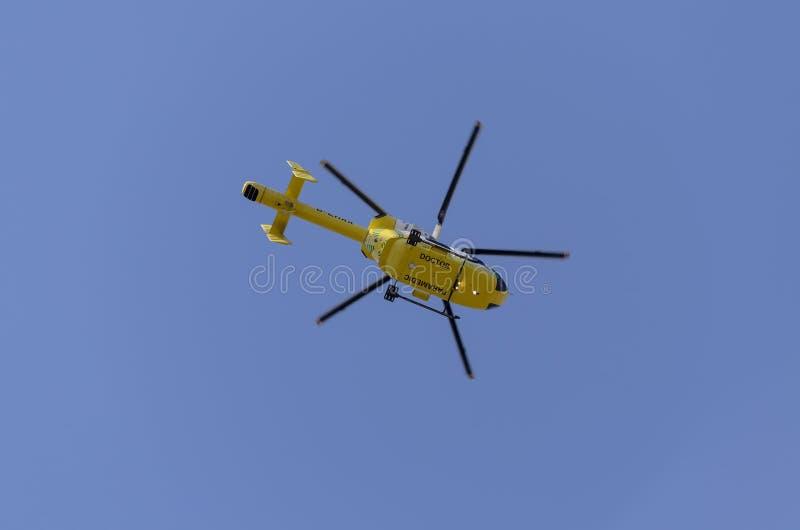 Volo dell'elicottero di salvataggio in un cielo blu fotografia stock