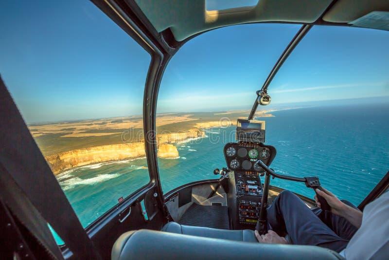 Volo dell'elicottero sopra i dodici apostoli immagine stock libera da diritti
