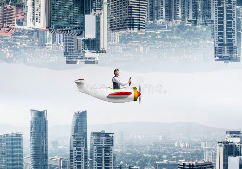 Volo dell'uomo d'affari in piccolo aeroplano immagine stock libera da diritti