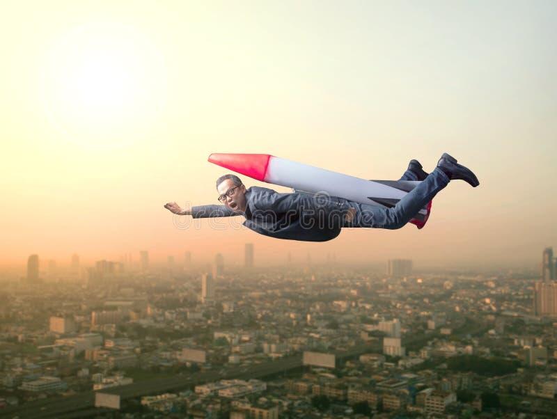 Volo dell'uomo di affari con il razzo sopra la scena del grattacielo immagini stock