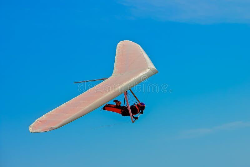 Volo dell'uomo di deltaplano su un'ala bianca a Funston forte in San F immagini stock