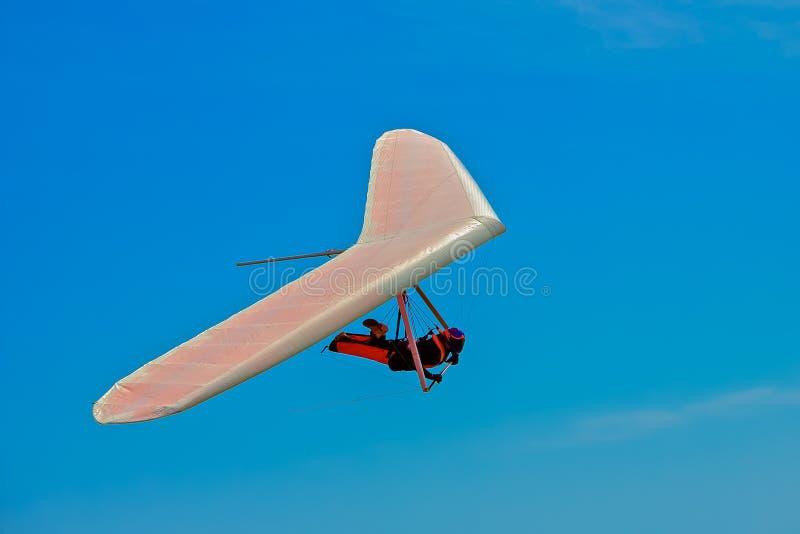 Volo dell'uomo di deltaplano su un'ala bianca a Funston forte in San F fotografia stock libera da diritti