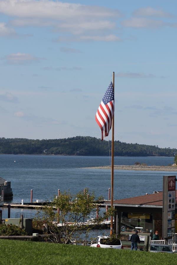 Volo della bandiera americana al porto di Antivari, Maine immagini stock libere da diritti