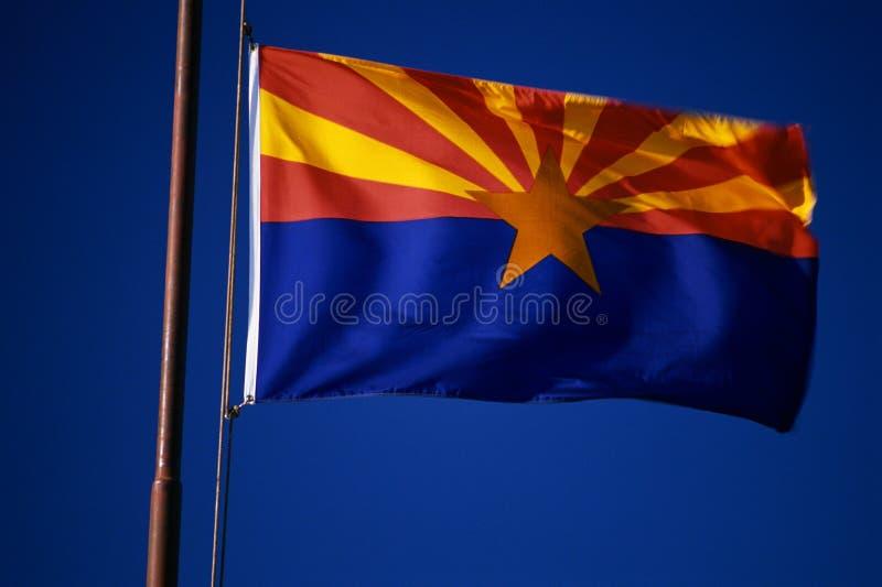 Volo della bandierina della condizione dell'Arizona dal flagpole fotografie stock libere da diritti