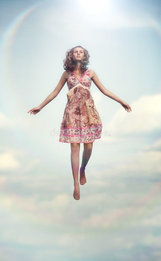 Volo della giovane donna in su immagini stock