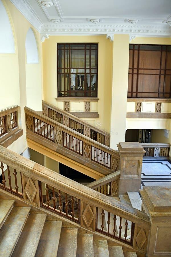 Volo delle scale nella costruzione dell'università immagini stock